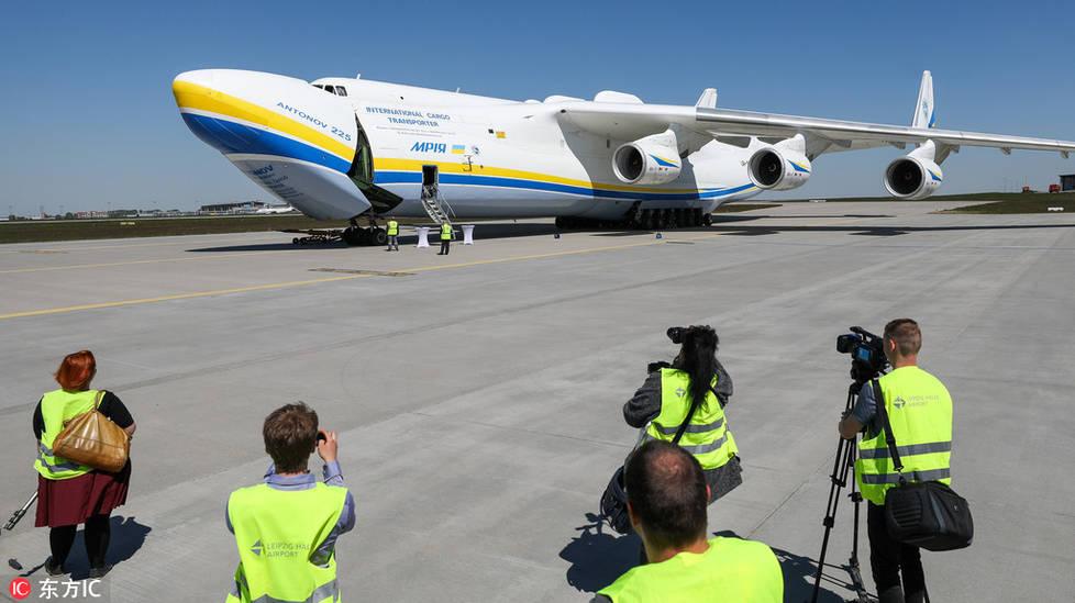 围观全世界最大飞机 高六层楼载重量250吨